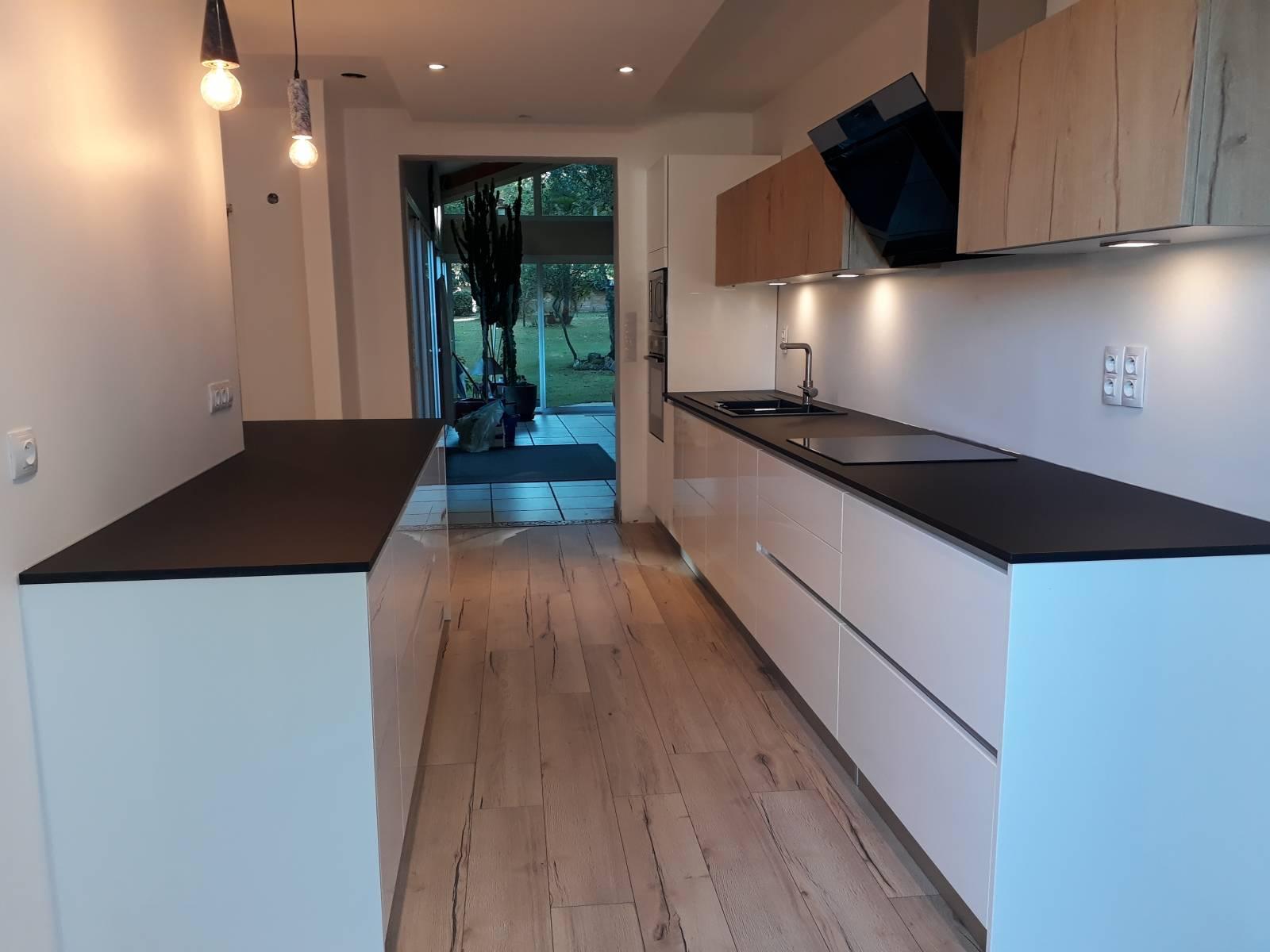 R alisation d 39 une cuisine en laque blanche et bois avec - Cuisine blanche avec plan de travail bois ...
