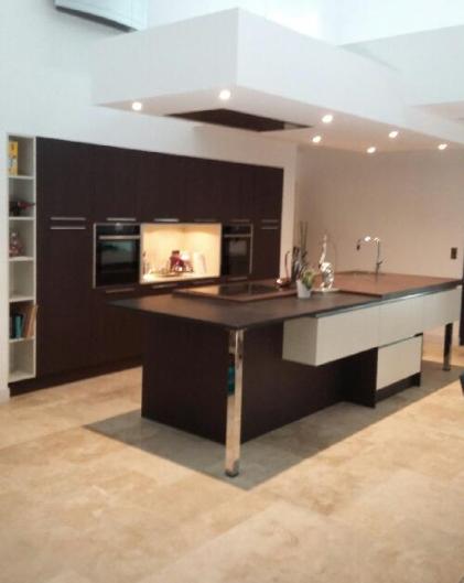 cuisine en laque lin mat et ch ne fonc avec plan de travail en dekton et granit noir design. Black Bedroom Furniture Sets. Home Design Ideas